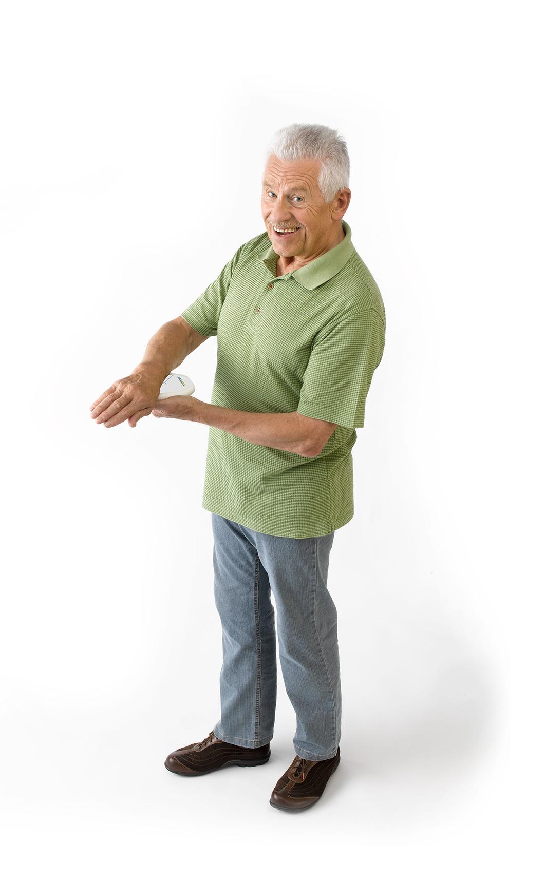 MAGCELL ATHRO Anwendung Beispiel, Mann hält sich Gerät an das Handgelenk und lächelt